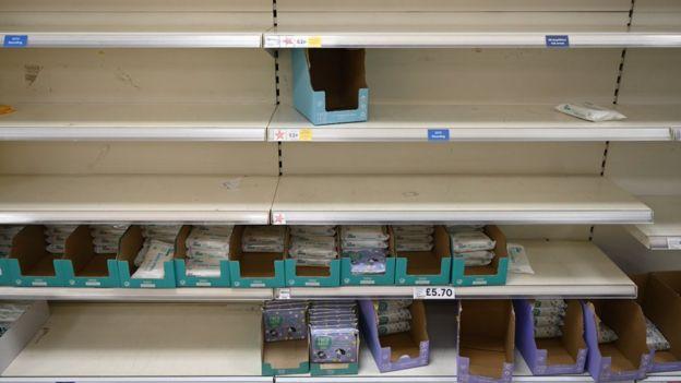пустые полки в супермаркете на севере Лондона
