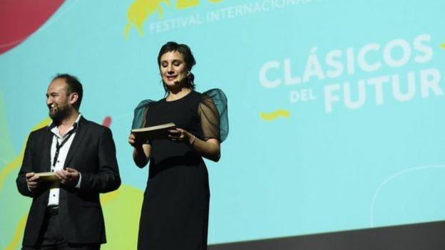 El director del Festival Internacional de Cine de Valdivia, Raúl Camargo, junto a la actriz chilena Blanca Lewin, en la clausura del certamen 2019.