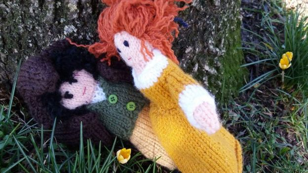 Knitted Ross and Demelza Poldark embracing at the base of a tree