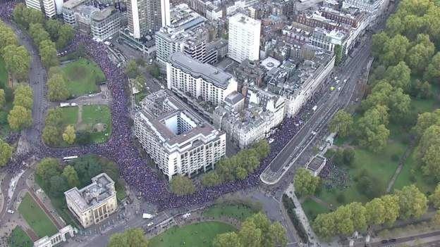 Londra'daki yürüyüşe katılanlar