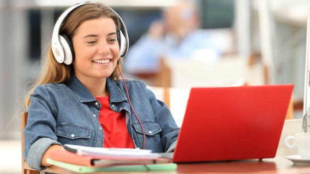 Adolescente frente a computador