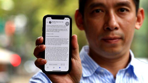 Nhà hoạt động Lã Việt Dũng chia sẻ lá thư trên điện thoại do hơn 50 nhà hoạt động và tổ chức nhân quyền viết gửi cho Mark Zuckerberg về khả năng Facebook có thể đang câu kết với chính quyền cộng sản để ngăn chặn tiếng nói của giới bất đồng chính kiến.