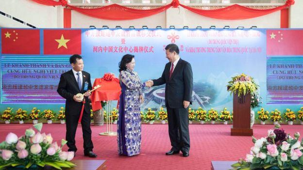習近平出席越中友誼宮落成移交儀式暨河內中國文化中心揭牌儀式