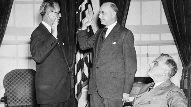Joseph Kennedy prestando juramento em 1937 em frente ao presidente Roosevelt