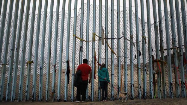 Valla fronteriza en Tijuana