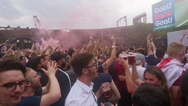 英格蘭早早進球時,曼徹斯特爆出歡呼。
