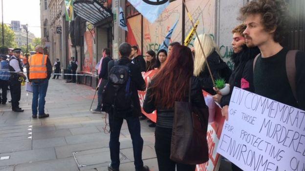 Manifestantes em frente à embaixada do Brasil