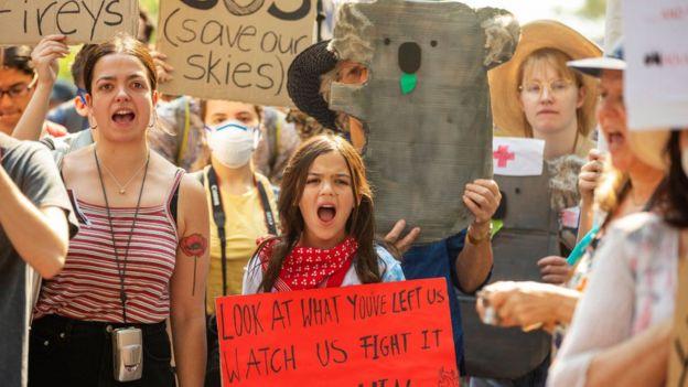 یک معترض در سیدنی خواستار استعفای نخست وزیر بعلت غیبت شده است