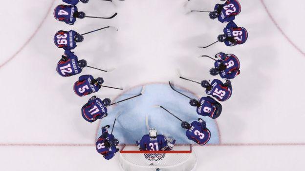 El equipo femenino de hockey sobre hielo coreano antes de su partido contra Suecia durante los Juegos Olímpicos de Invierno de PyeongChang.