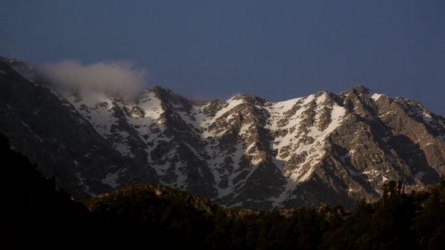 O monastério do Dalai Lama tem vista para picos cobertos de neve do Himalaia