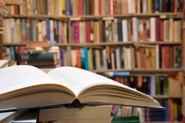 Libro abierto en una biblioteca.
