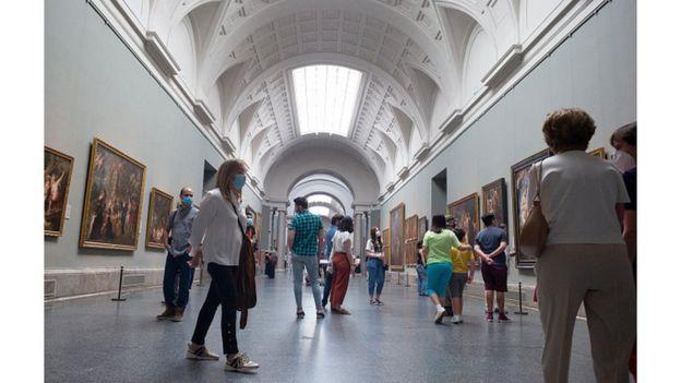 посетители в музее