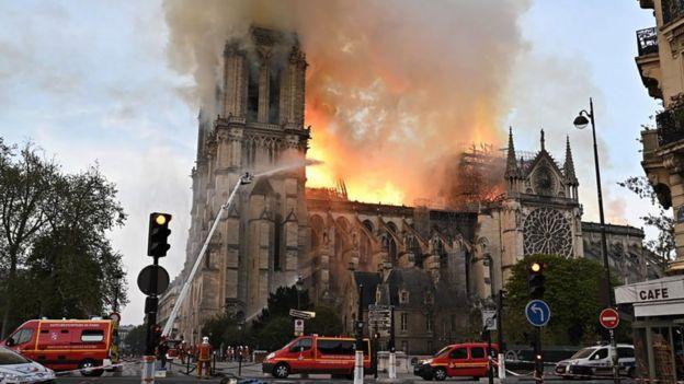 Bombeiros atuando contra incêndio na catedral