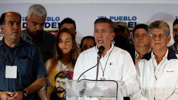 Gerardo Blyde junto a otros dirigentes de la MUD.