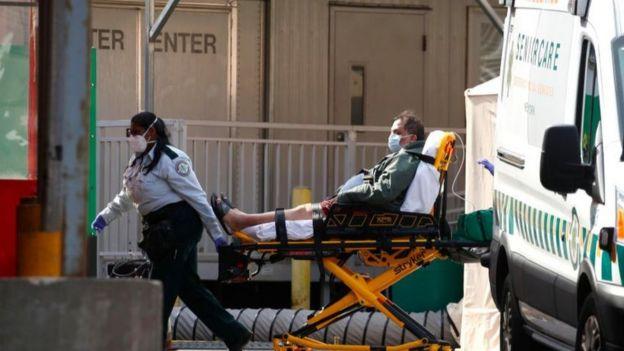 Tanto el CDC como la OMS coinciden en que cuando el paciente sufre falta de aire y dolor o presión en el pecho, es necesario contactar a los servicios de emergencia.