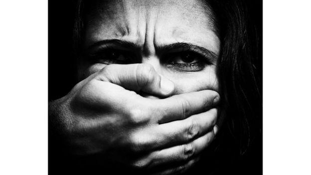 فتاة تتعرض للعنف من رجل