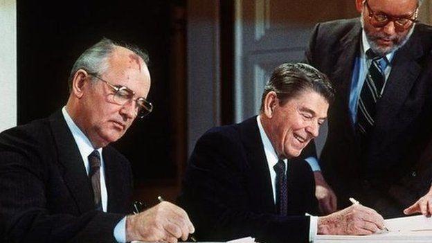 Ronald Reagan ve Mihail Gorbaçov, INF Anlaşması'nı imzalıyor
