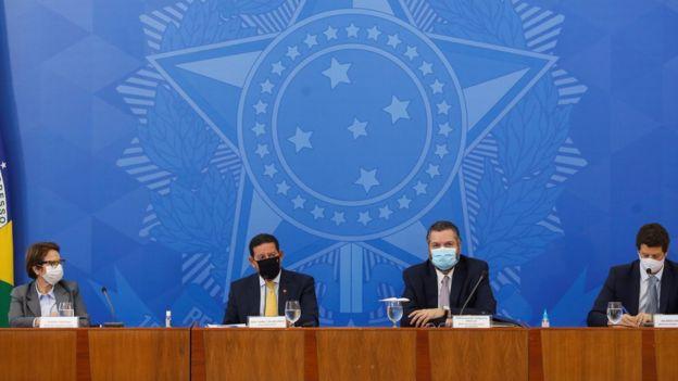 Tereza Cristina, Hamilton Mourão, Ernesto Araújo e Ricardo Salles diante de mesa durante coletiva de imprensa