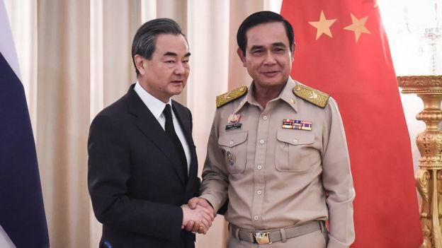 Tướng Prayuth (phải) bắt tay Ngoại trưởng TQ, ông Vương Nghị