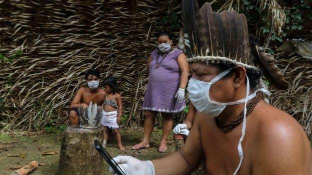 Grupo trabajando en una comunidad indígena amazónica