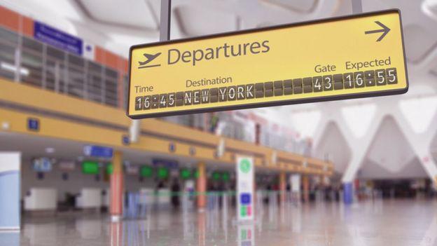Señal de partidas en un aeropuerto que señala Nueva York.