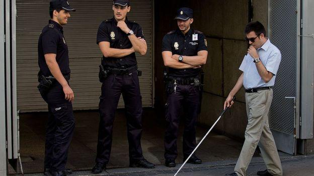 Un aveugle passe à côté d'un tribunal en Espagne.