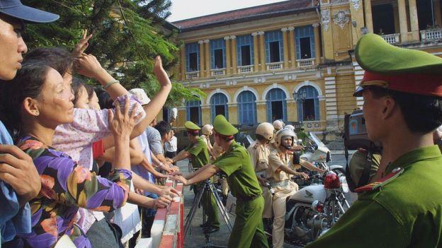 Thân nhân các bị cáo bên ngoài phiên tòa xét xử vụ án Năm Cam tại Tòa án TP Hồ Chí Minh, hôm 5/6/2003. Đây là một trong các vụ có nhiều bị cáo nhất, 154 người, trong đó có nhiều người bị tuyên mức án tử hình.