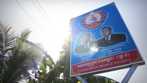 Một biểu ngữ tuyên truyền cho Đảng Nhân dân Campuchia với khuôn mặt Thủ tướng Hun Sen