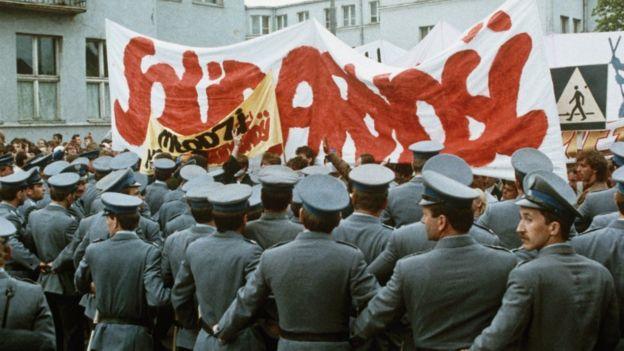 Công an thời XHCH ở Ba Lan vây một nhóm biểu tình của Công đoàn Đoàn kết năm 1980
