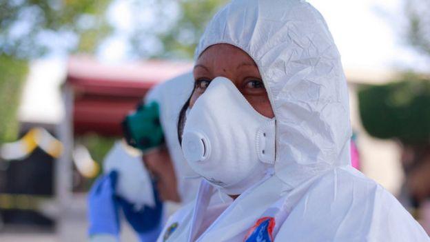 Sanitaria con el equipo de protección contra el covid-19