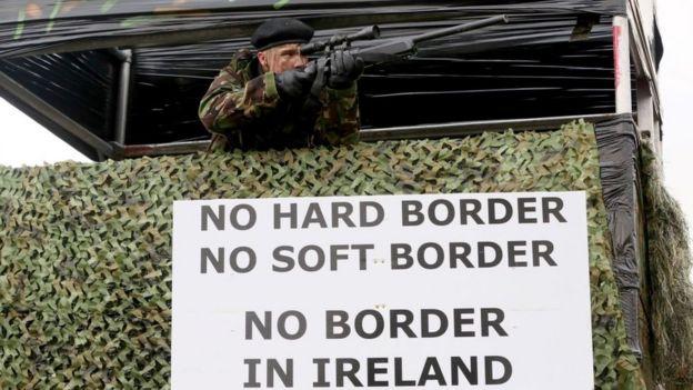 Manifestante vestido de soldado, na fronteira da Irlanda