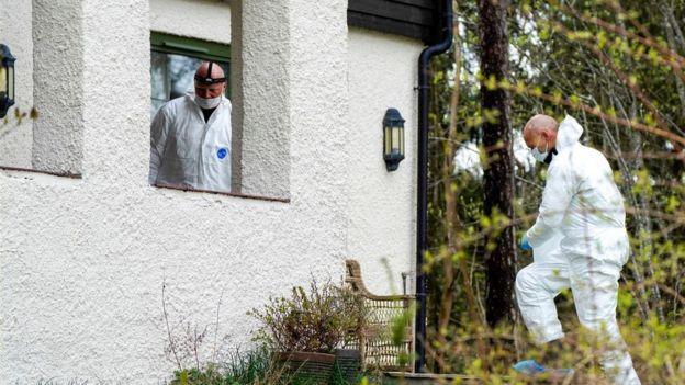 Policía en la casa de Tom Hagen