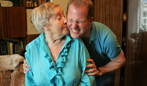 Nelly Slepkova besando a Jeff en su mejilla.