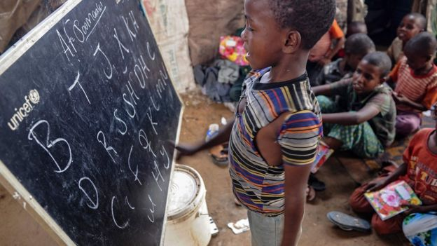 بحسب تقارير وكالة الأنباء الفرنسية، تطوع ما يقارب 600 طالب جامعي لتدريس الأطفال النازحين في عدة مخيمات في العاصمة الصومالية مقديشو