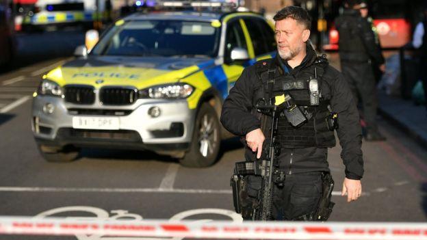 Полицейский на месте инцидента на Лондонском мосту