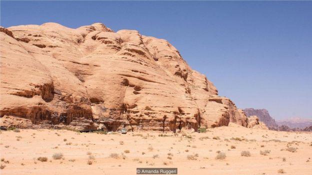 謝赫的家藏在一座巨大的岩石山的庇蔭處,但這裏只是暫時的居所。