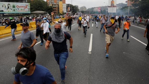 Manifestantes huyen de los gases.