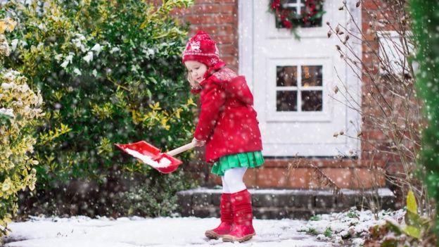 девочка убирает снег