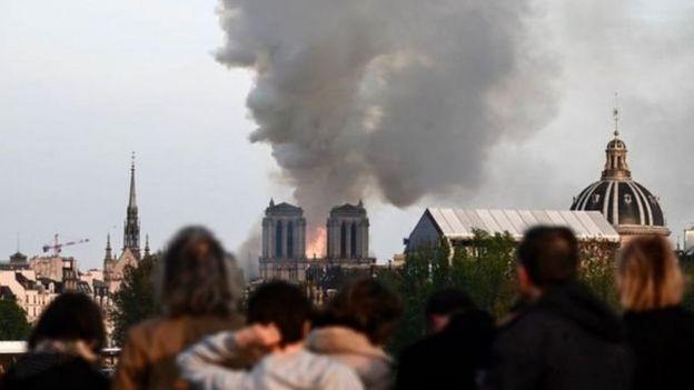 这座哥德式教堂更因法国文学家雨果所著作的《钟楼驼侠》而闻名,每年吸引数百万游客。