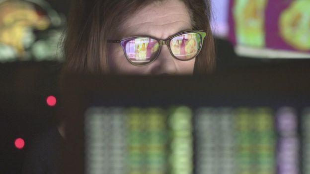 Mulher olhando para tela de computador