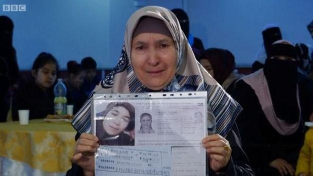 Orang tua Uighur di Turki yang mengatakan anak-anak mereka hilang di China.