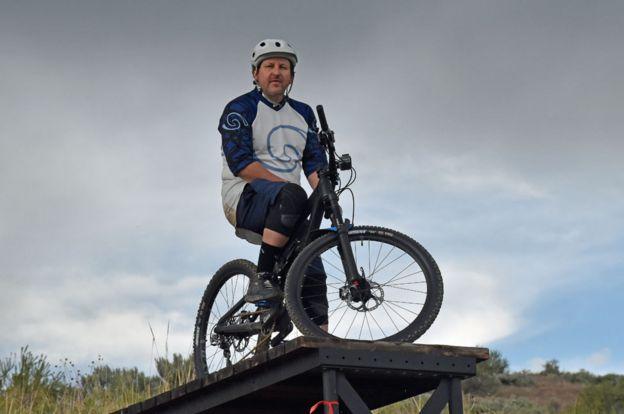Brad Duke con su bicicleta
