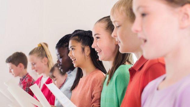Jóvenes cantan