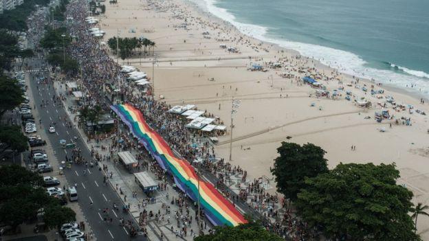 Rio de Janeiro'daki Copacabana Plajı'nda düzenlenen onur yürüyüşü