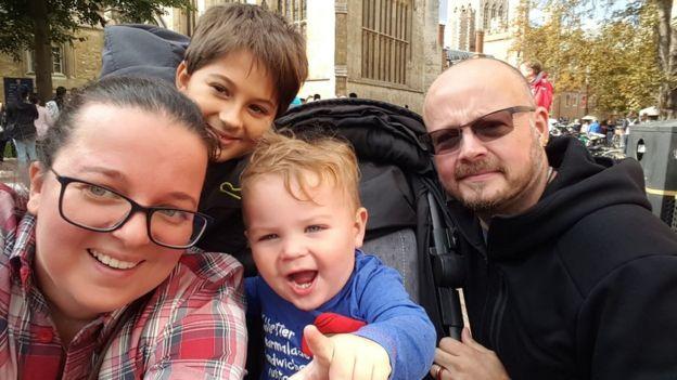 Семья Ани, которая сделала предложение - муж и двое детей
