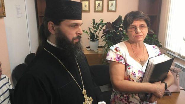 Image captionРазом з отцем Андрієм прибула бухгалтер монастиря, племінниця Філарета Олена Денисенко (на фотографії праворучи від Макарія)