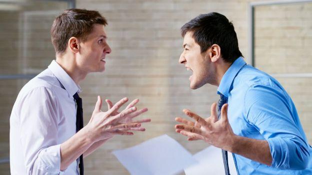 Dos personas discutiendo