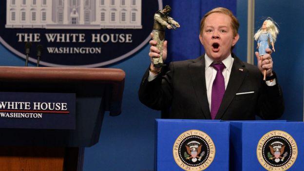 La humorista Melissa McCarthy parodia a Sean Spicer.