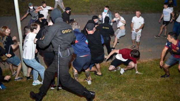 Сотрудники ОМОНа разгоняют акцию протеста в Минске 9 августа