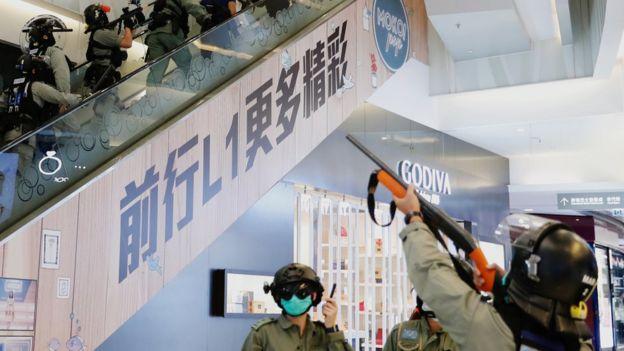 旺角商场内,警员多次举起胡椒枪示警。